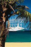 Un bateau navigue sur une mer calme, The Grenadines