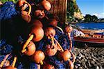 Filet de pêche avec flotteurs tissées sont vus sur une plage sur l'île de la Martinique