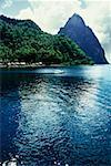 Vue d'angle faible d'une montagne volcanique de la mer, Sainte-Lucie