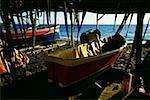 Bateaux de pêche protégées par les refuges chaume simple, Martinique