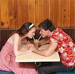 Couple partage Milkshake dans la salle à manger
