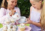 Verser le thé au Tea Party de fille