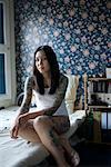 Porträt tätowierte Frau im Schlafzimmer