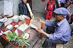 Homme effectuant la cérémonie funèbre, Yuanyang, Yunnan, Chine