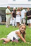 Portrait de jeune fille à l'extérieur avec la famille