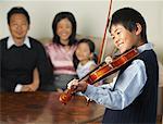 Familie beobachten Boy spielen Violine