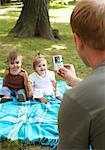 Photo prise de père des bébés avec appareil photo numérique