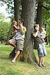 Les pères Holding bébés et parler au téléphone cellulaire