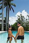 Paar im Pool stehend