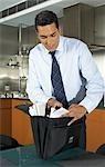 Homme d'affaires regardant dans le porte-documents