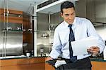 Homme d'affaires se prépare pour le travail