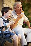 Grand-père et son petit-fils manger des cornets de crème glacée