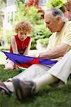 Grand-père et son petit-fils regardant Kite