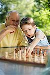 Grand-père et son petit-fils jouer aux échecs