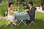 Paar mit Abendessen im freien