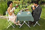 Couple ayant dîner en plein air