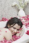 Portrait d'une jeune femme se trouvant dans une baignoire