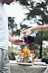 Femme verse un verre de vin pour homme