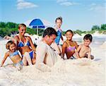 Gros plan d'un milieu couple adult assis avec leurs enfants sur la plage, Bermudes