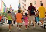 Vue arrière d'un groupe de personnes marchant à une parade gay