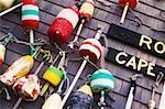 Groupe des flotteurs de pêche accroché sur un mur