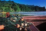 Gros plan d'un filet de pêche sur un bateau de pêche