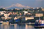 Bâtiments au bord de mer, le Mont Etna, Syracuse, Sicile, Italie