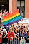 Grand groupe de personnes à une parade gay