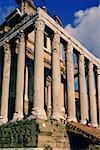 Vue d'angle faible de colonnes, Rome, Italie