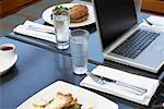 Laptop auf Restaurant-Tisch