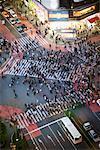 Luftbild beim Überqueren der belebten Straße in Tokio, Japan