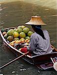 Frau mit Produkten im Riverboat, Schwimmender Markt Damnoen Saduak, Bangkok, Thailand
