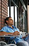 Mann sitzt am Café-Tisch
