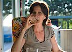 Femme buvant vin sur la terrasse