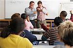 Étudiant donnant la présentation à la classe