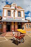 Pousse-pousse en face du Bureau de poste, Antsirabe, Madagascar