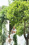 Frau anhören Mann spielen Saxophon, Casares, Spanien