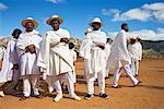 Gens en vêtements blancs, Soatanana, Madagascar