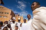 Fidèles à l'extérieur de l'église, Soatanana, Madagascar