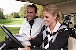 Vater und Tochter im Golf-Cart