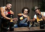 Hommes fumant des cigares et buvant Champagne
