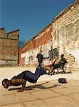 Homme en équilibre sur les mains, break dance en milieu urbain