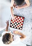 Zwei Kinder spielen Dame, Blick von oben