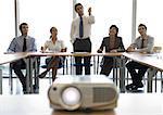Gens d'affaires, regarder la présentation, vidéoprojecteur au premier plan