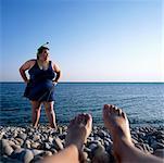 Femme debout sur la plage