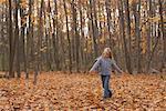 Mädchen zu Fuß in Blättern