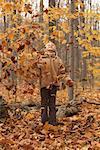 Mädchen stand im Herbst Blätter