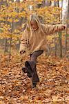 Mädchen treten Blätter