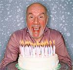 Homme avec gâteau d'anniversaire