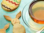 Tasse de thé et de biscuits de Pâques
